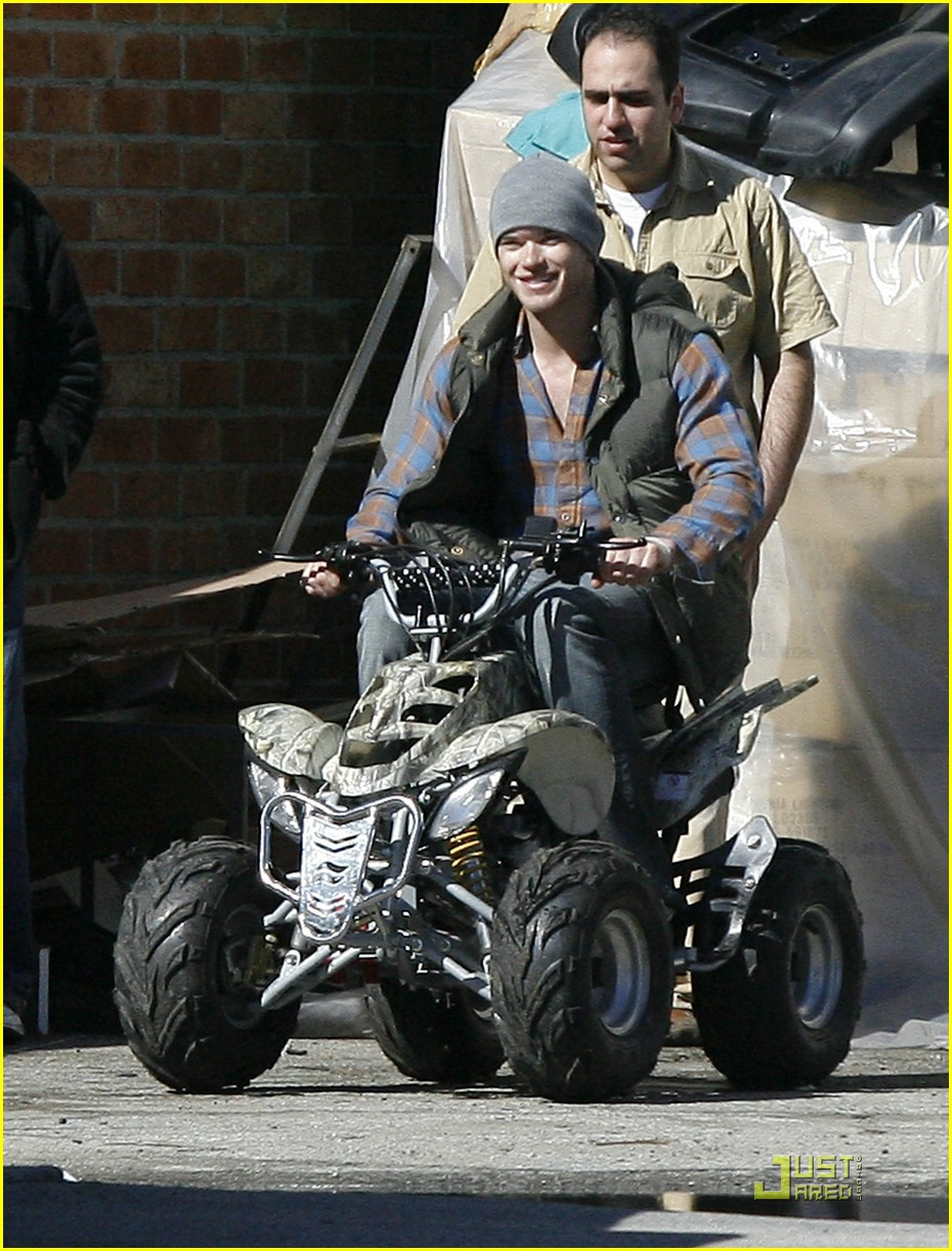 kellan lutz scooter shopper 02