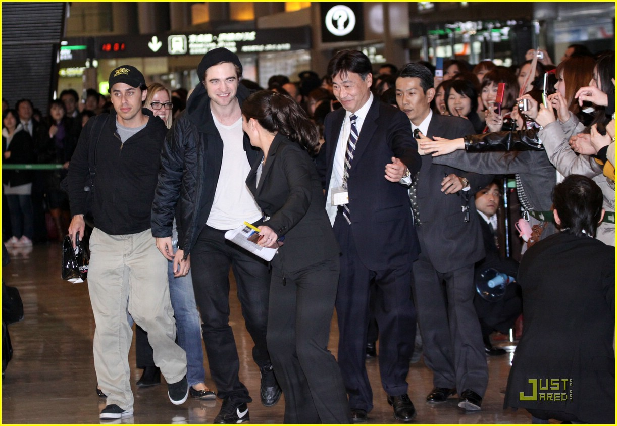 robert pattinson narita airport 02