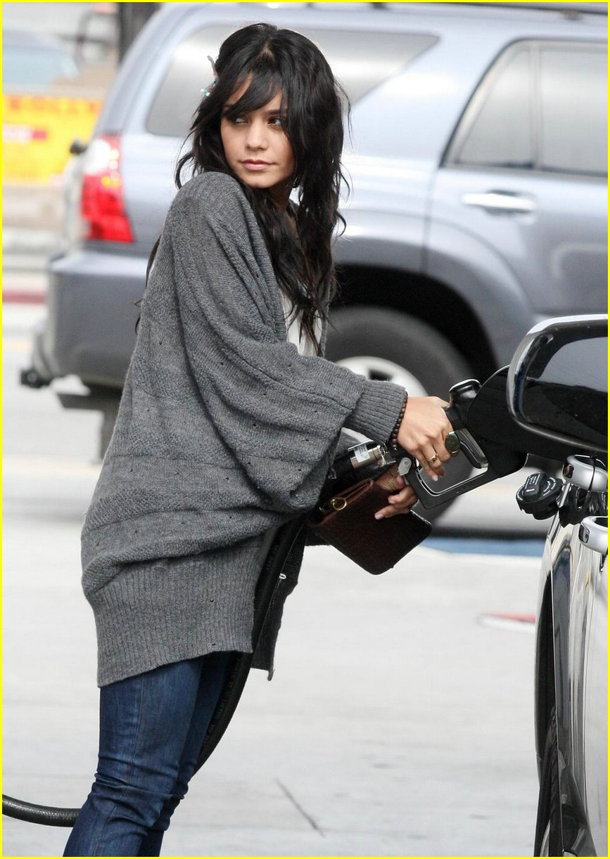 vanessa hudgens gas station 01