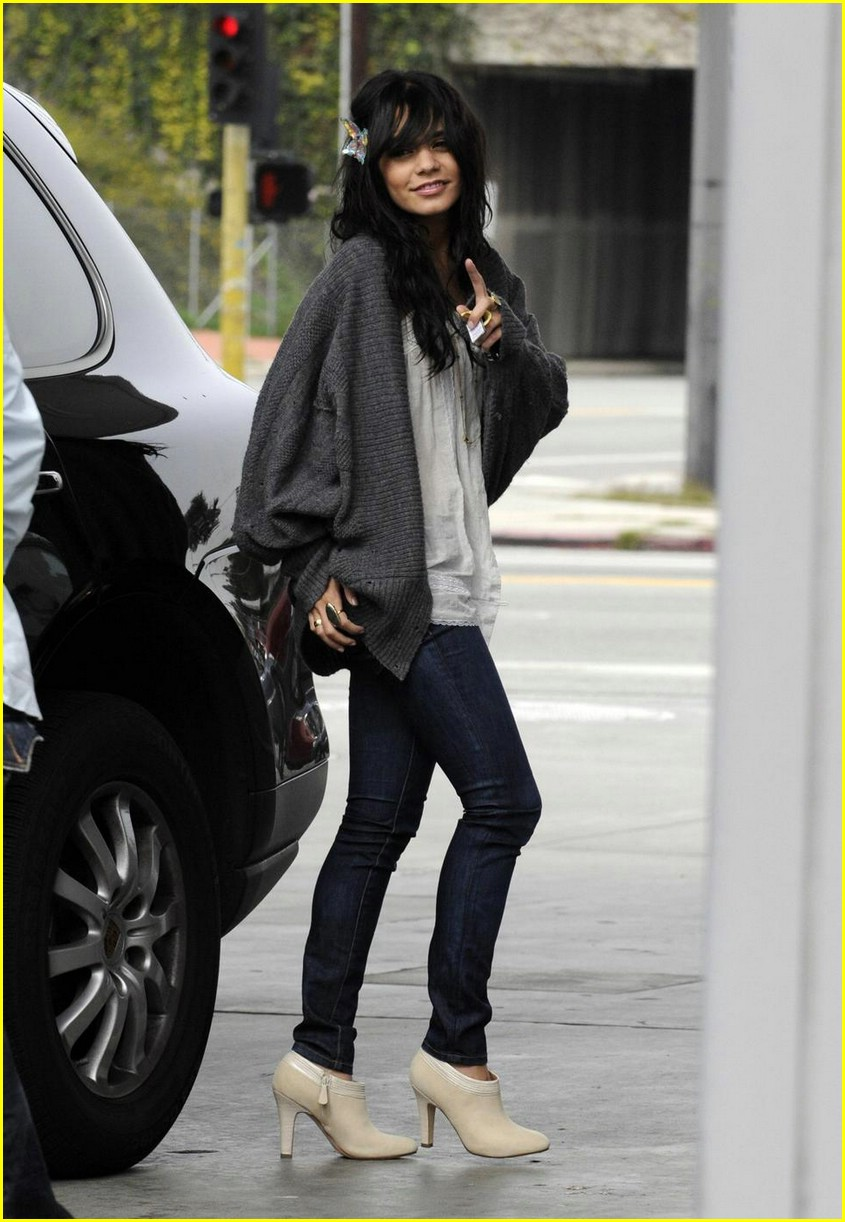vanessa hudgens gas station 04