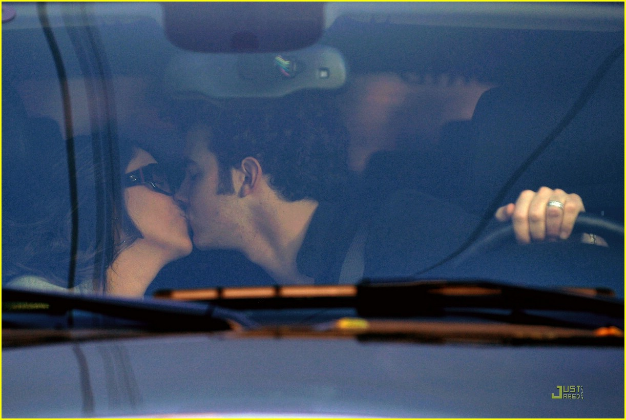 kevin jonas danielle deleasa kissing car 01