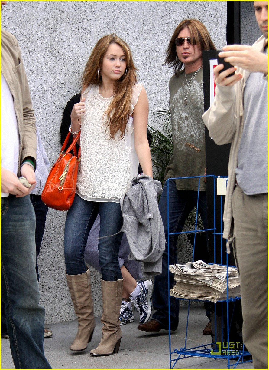 miley cyrus justin gaston studio cafe 15