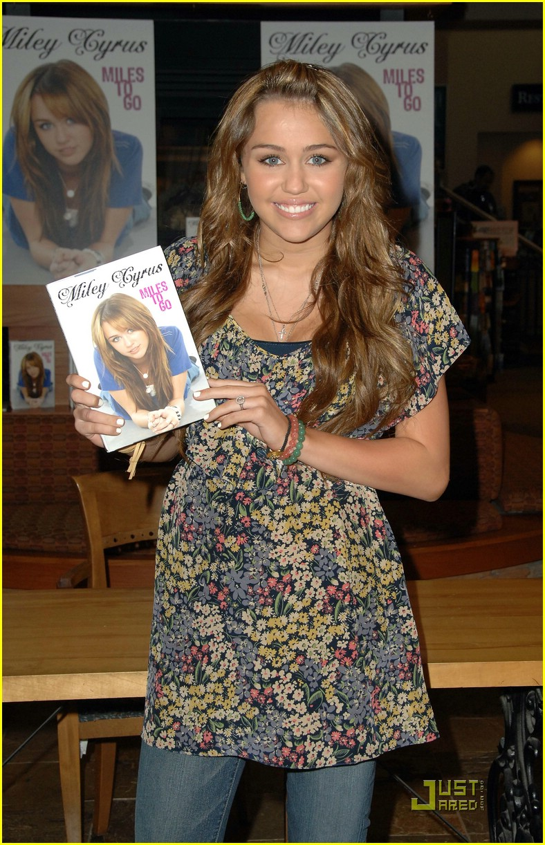 miley cyrus book signing nashville 02