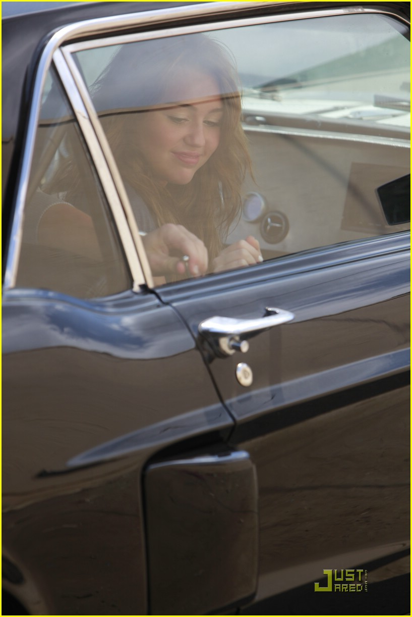 miley cyrus nick jonas village idiot10
