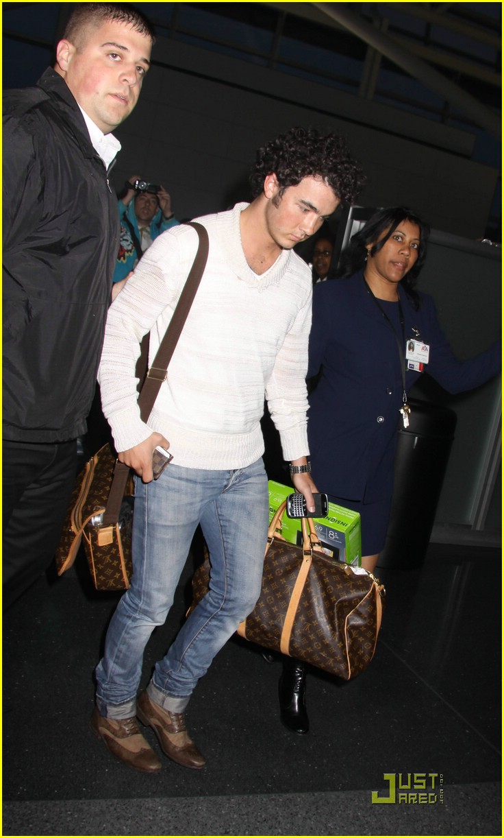 kevin jonas bye big apple 01