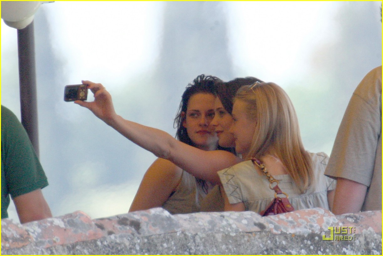 kristen stewart lunch with ladies 05