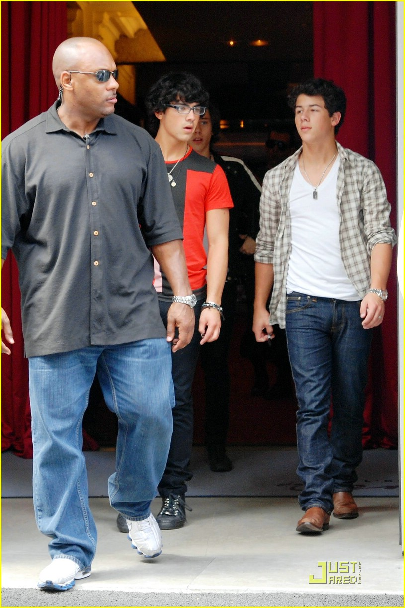 jonas brothers paris pizza 09