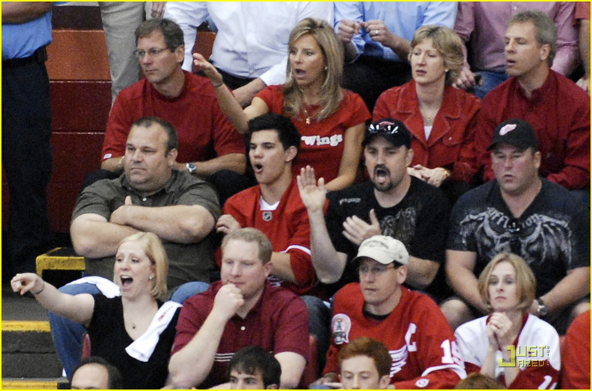 taylor lautner red wings 01