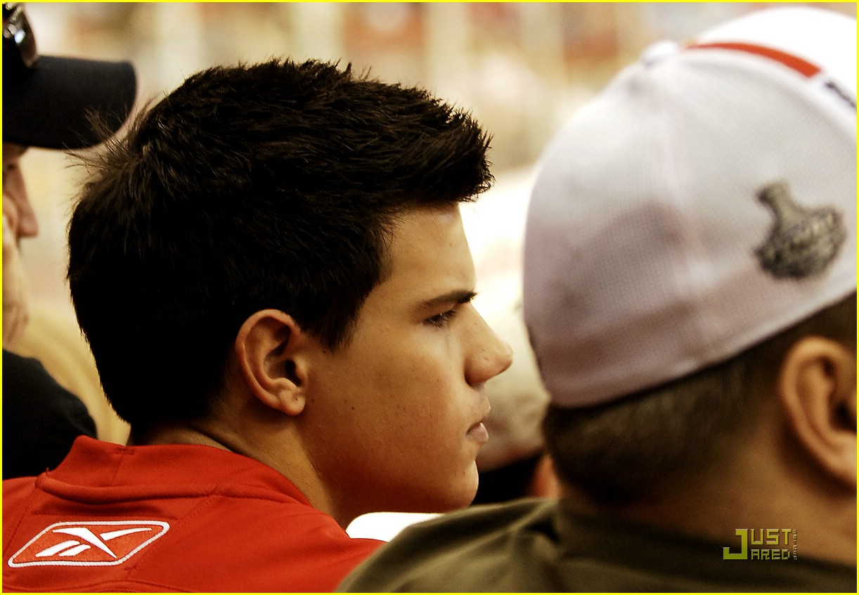 taylor lautner red wings 02