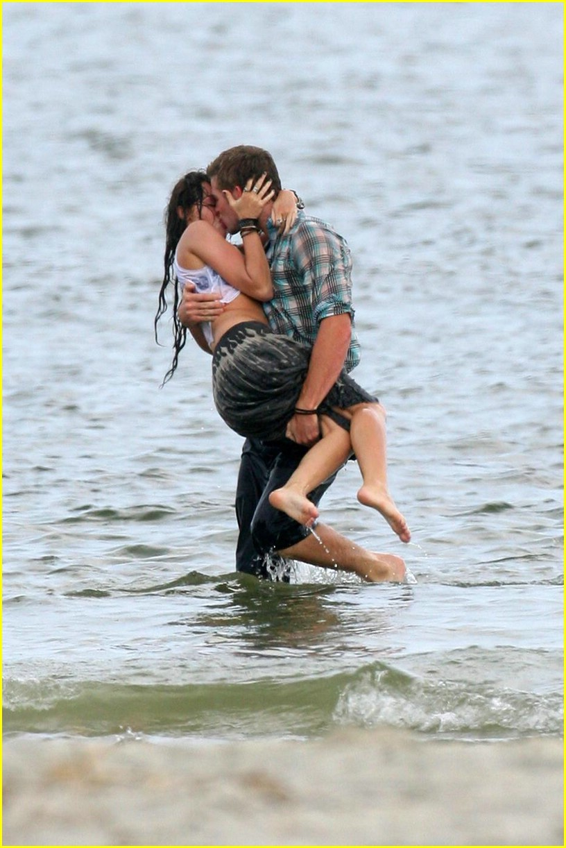 miley cyrus liam hemswroth kiss 04
