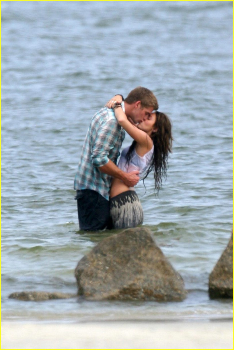 miley cyrus liam hemswroth kiss 06