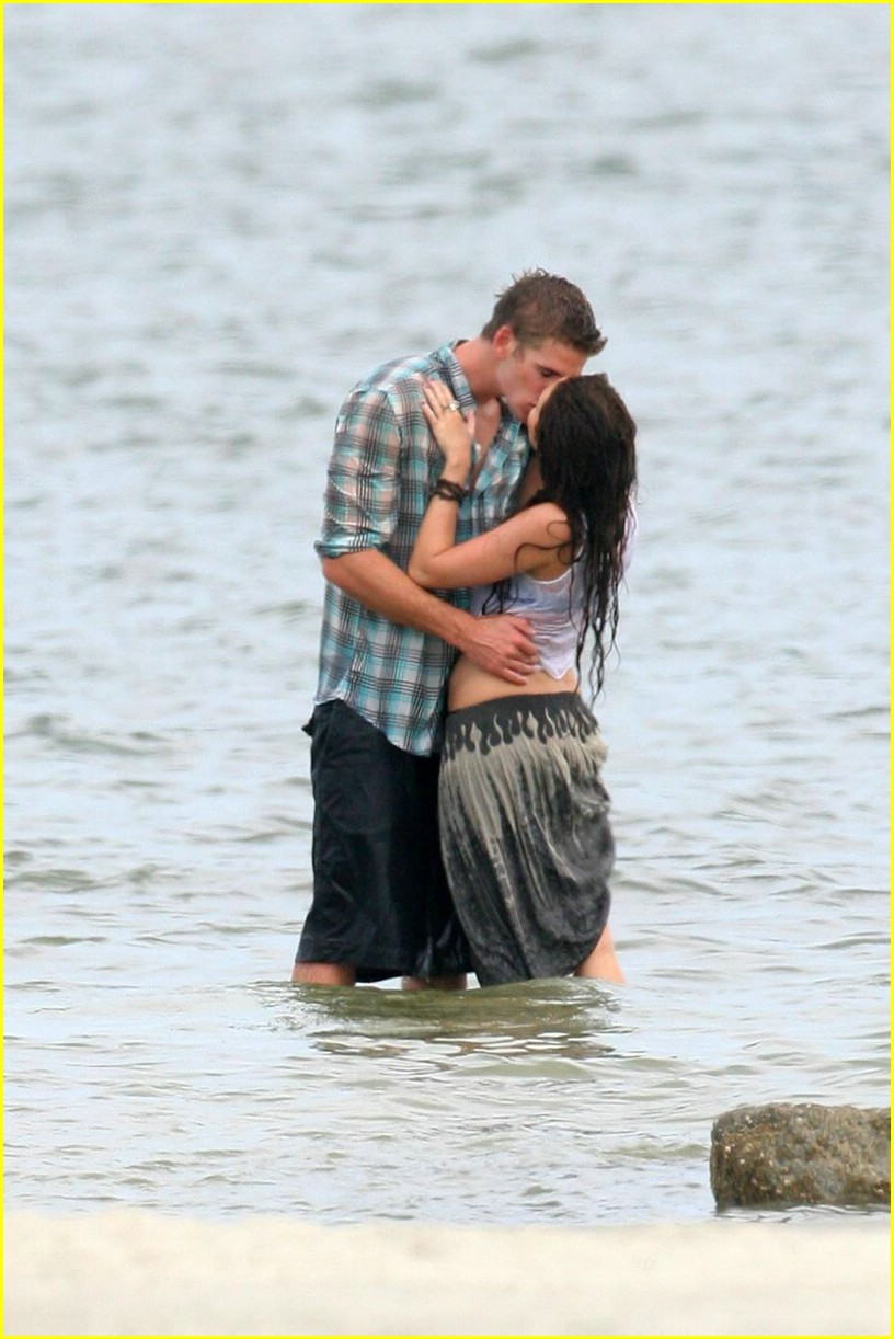 miley cyrus liam hemswroth kiss 14