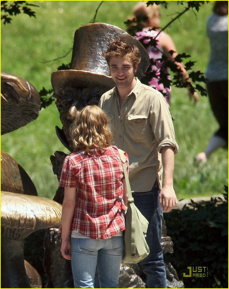 robert pattinson emilie de ravin stroll central park 04