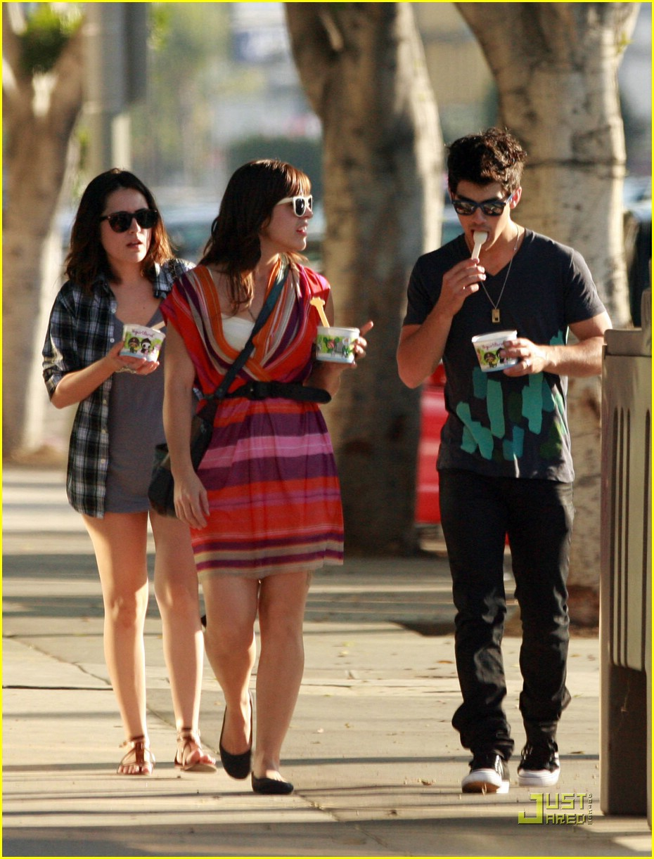 joe jonas yogurt yummy 02