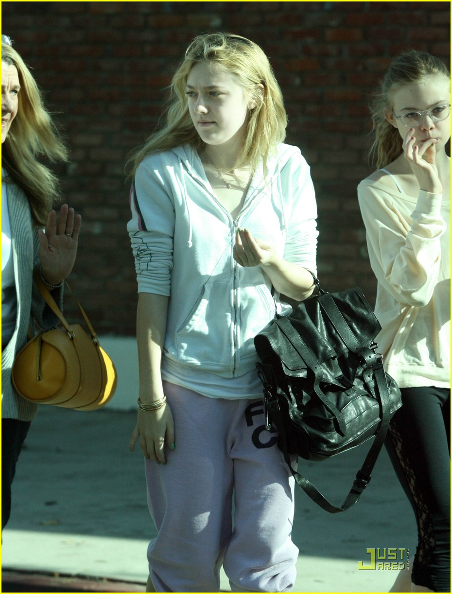 dakota elle fanning festive nails 03