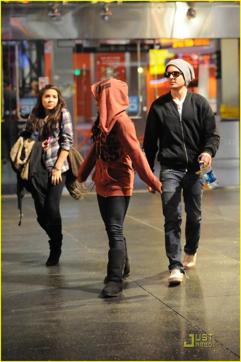 Zac Efron & Vanessa Hudgens: Lakers Lovers: Photo 1864101 ...   Dylan Efron And Stella Hudgens