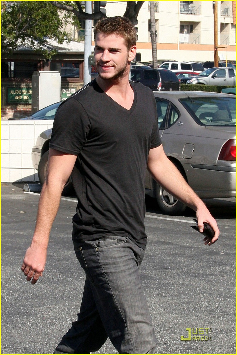 liam hemsworth robeks juice 03