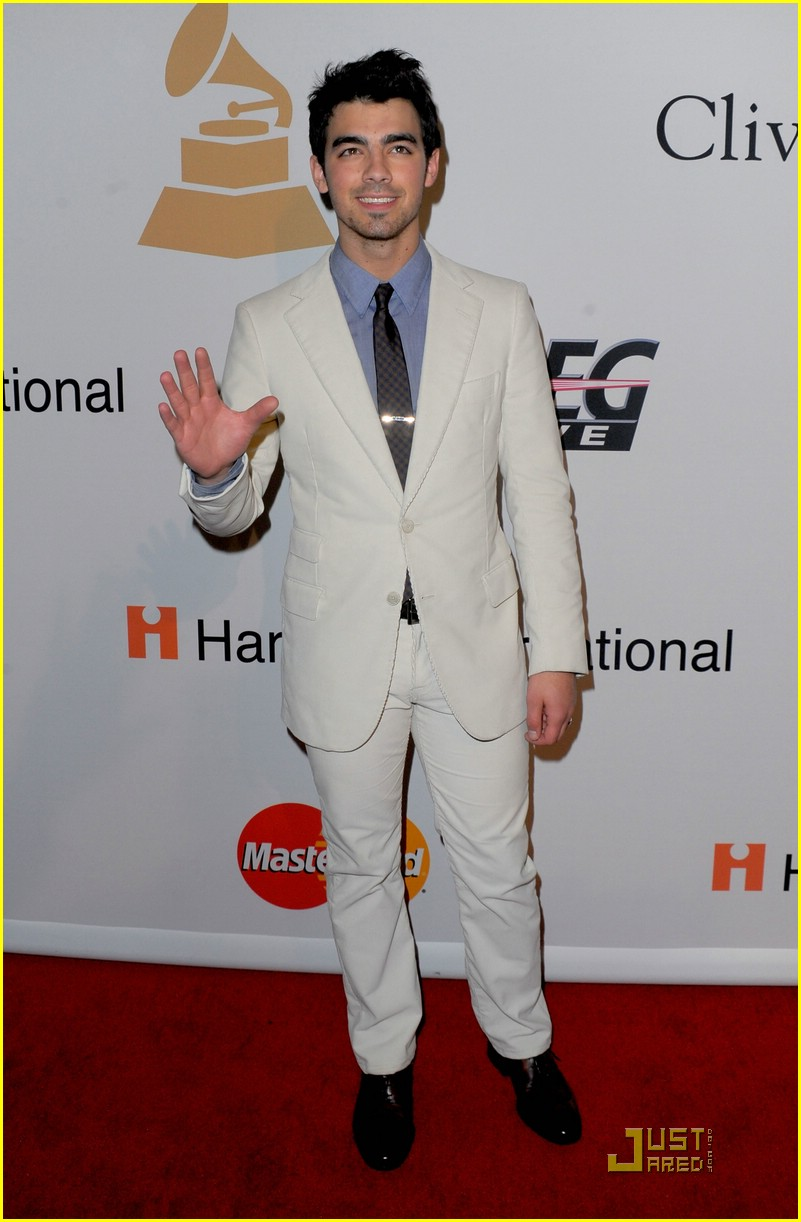 joe jonas salute grammy 02