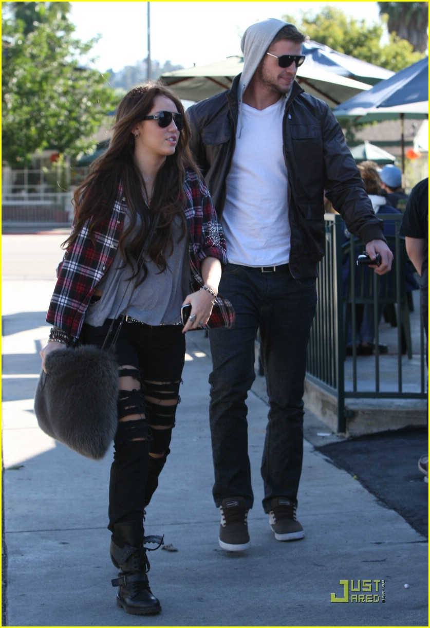 miley cyrus liam hemsworth starbucks 12