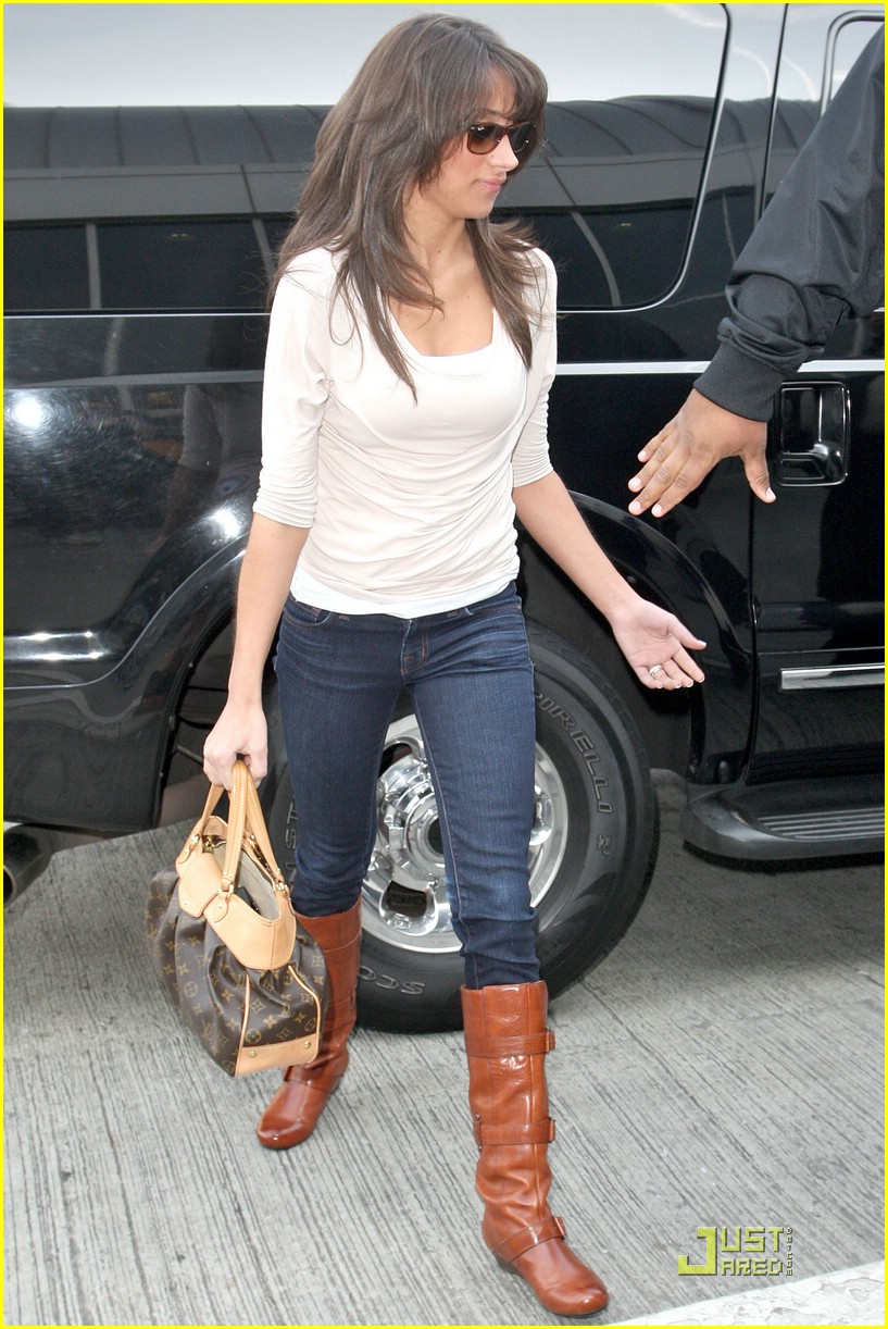 danielle jonas lax airport 06