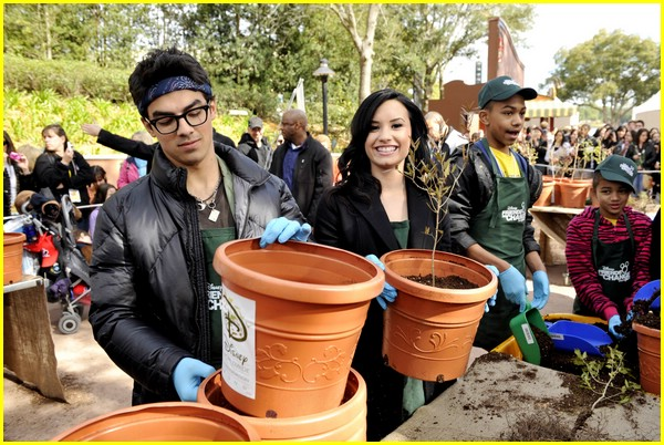 joe jonas demi lovato family volunteers 10