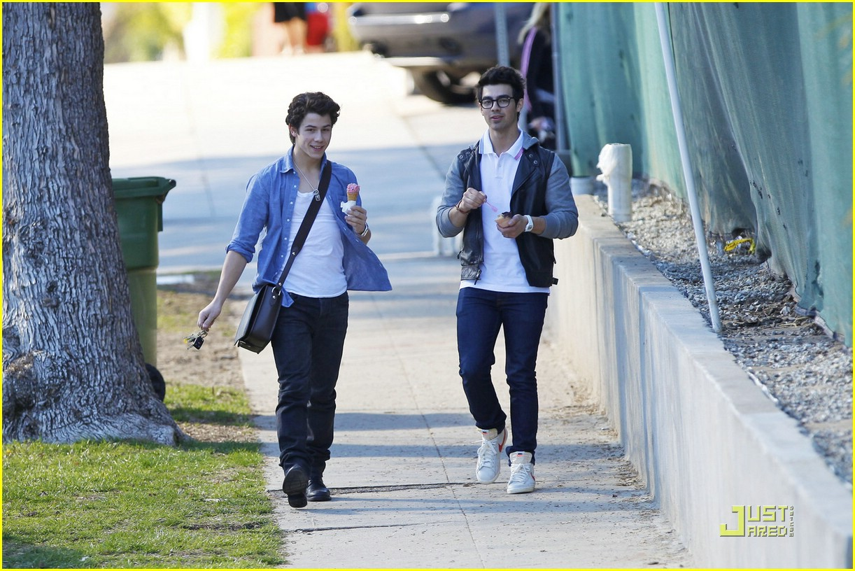 joe nick jonas ice cream 04