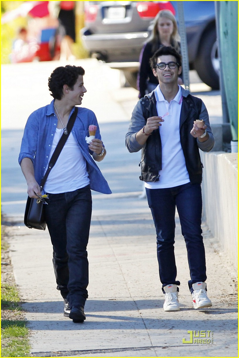 joe nick jonas ice cream 06
