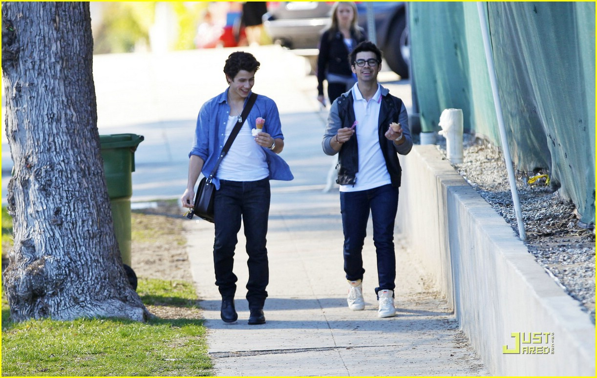 joe nick jonas ice cream 07