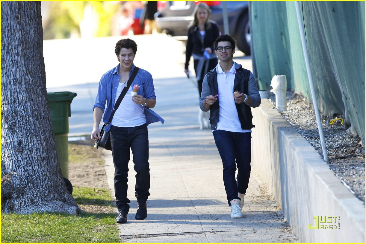 joe nick jonas ice cream 08