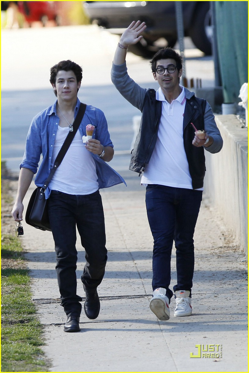 joe nick jonas ice cream 14