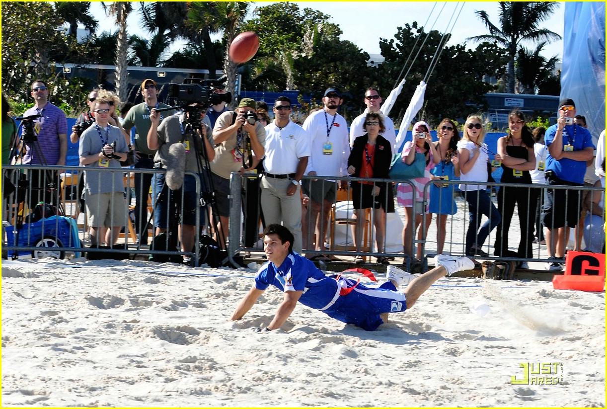 taylor lautner face sand football 17