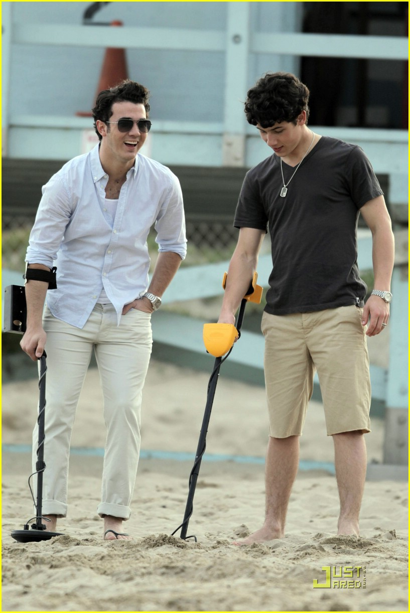jonas brothers metal detecting 26