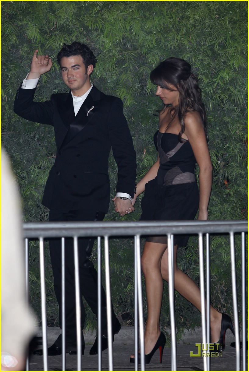kevin danielle jonas vf party 05