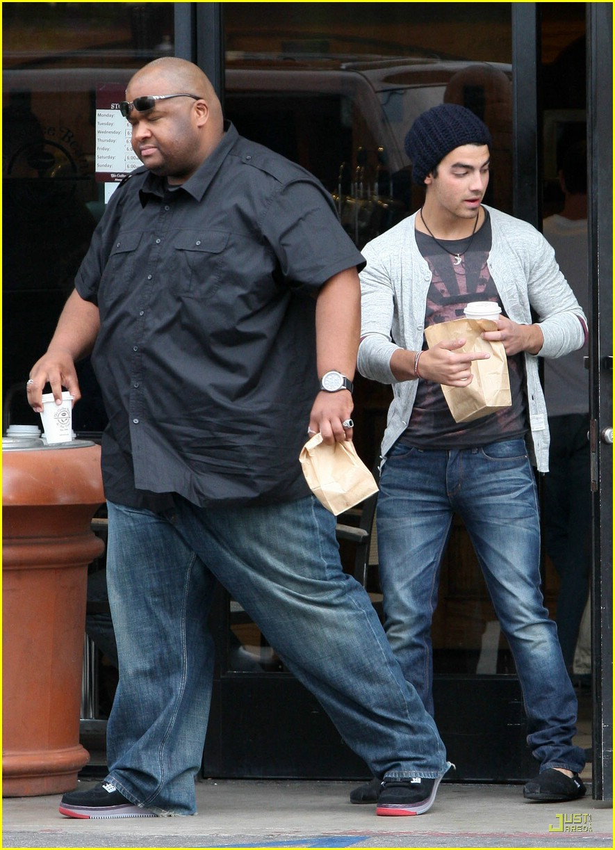 joe jonas toms shoes 01