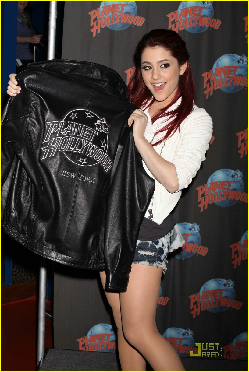 ariana grande planet hollywood 03