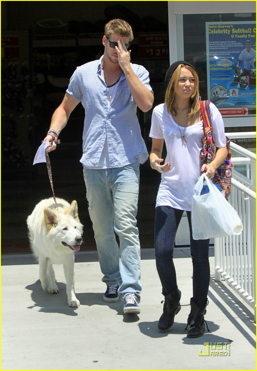 miley cyrus liam hemsworth petco 09
