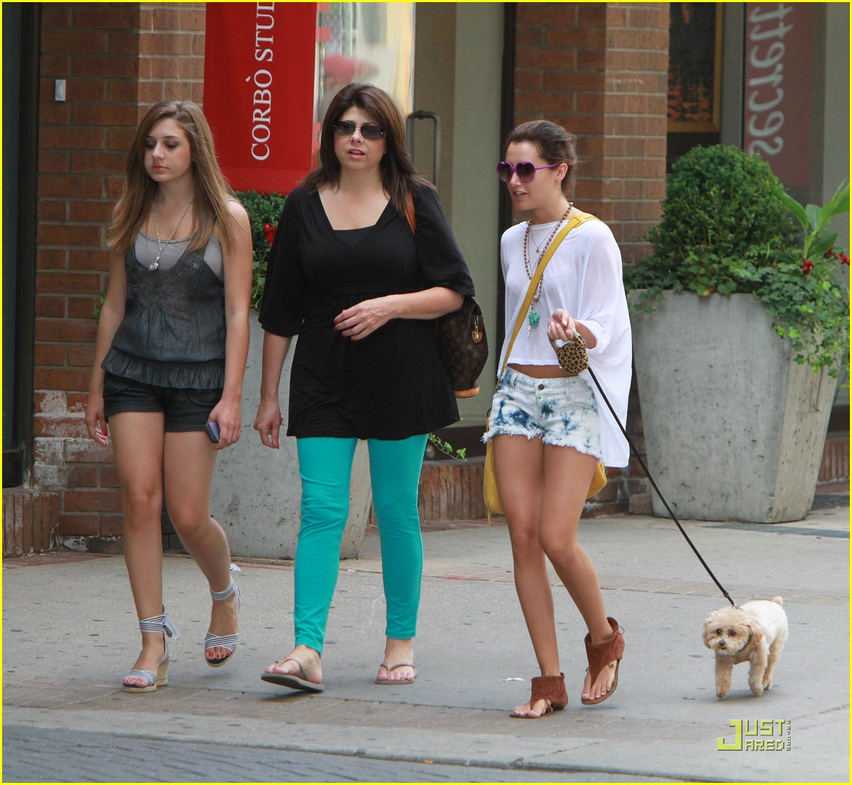 ashley tisdale nail salon 05