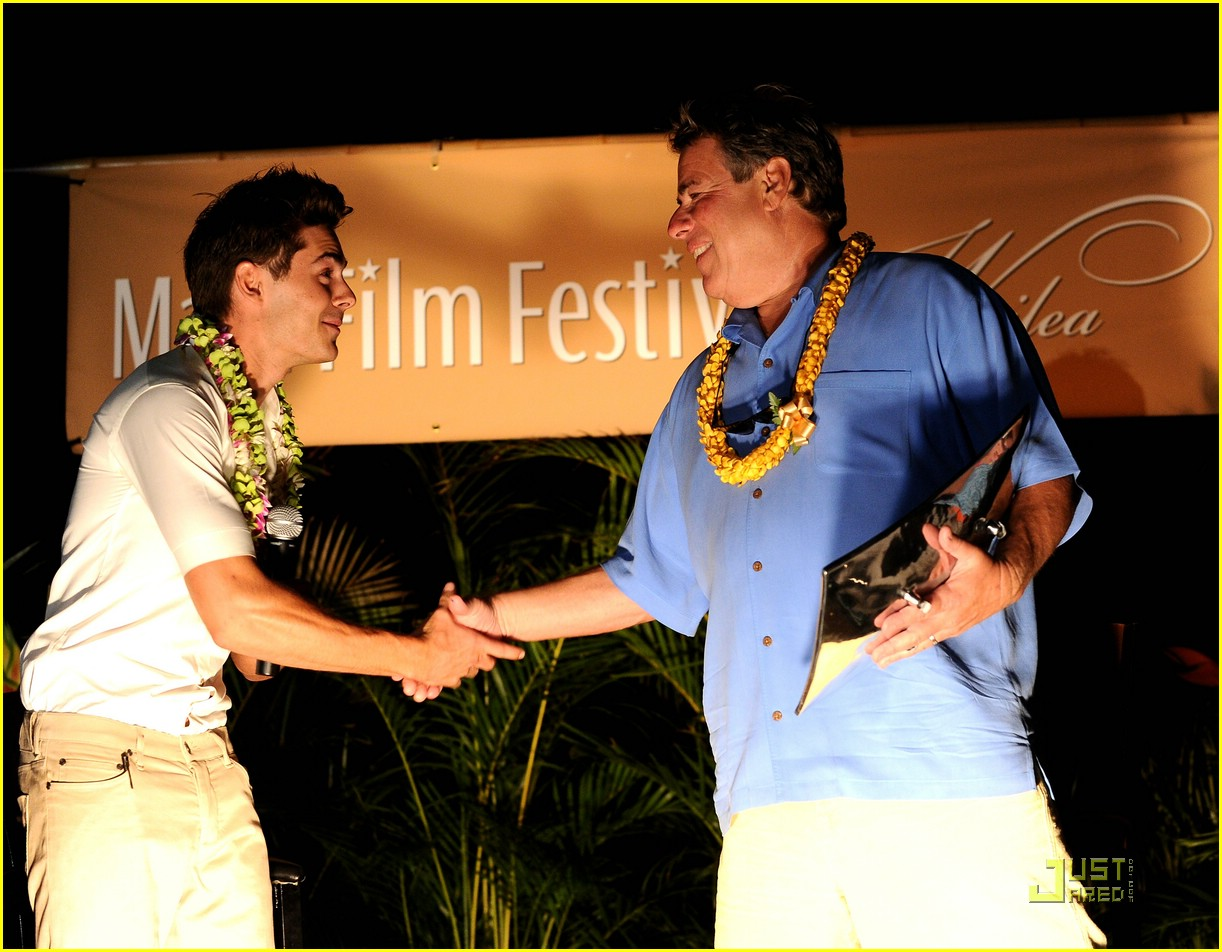 zac efron shining star award maui 16