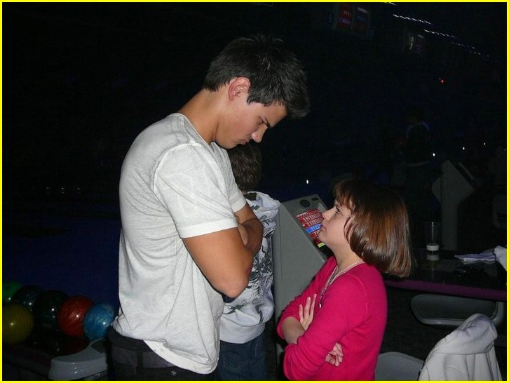 Sized Photo of taylor lautner joey king bowling 06 | Taylor Lautner ... Taylor Lautner