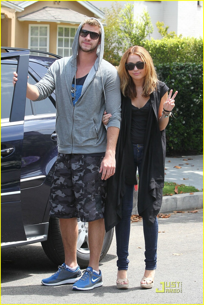 miley cyrus liam hemsworth blue shoes 10