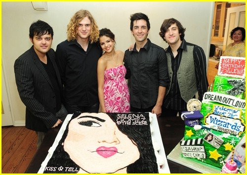 selena gomez cake convention 05