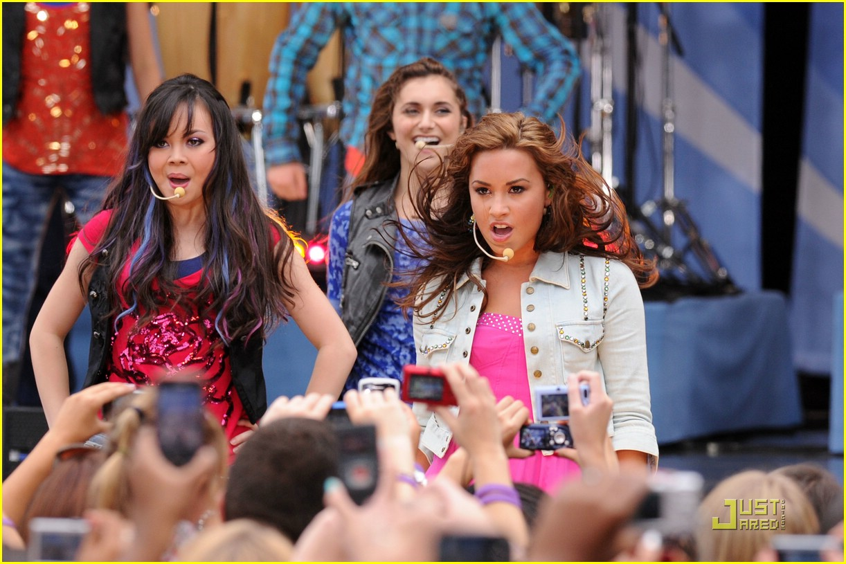 Camp Rock 2 Cast Rocks Out Alyson Stoner And Demi Lovato