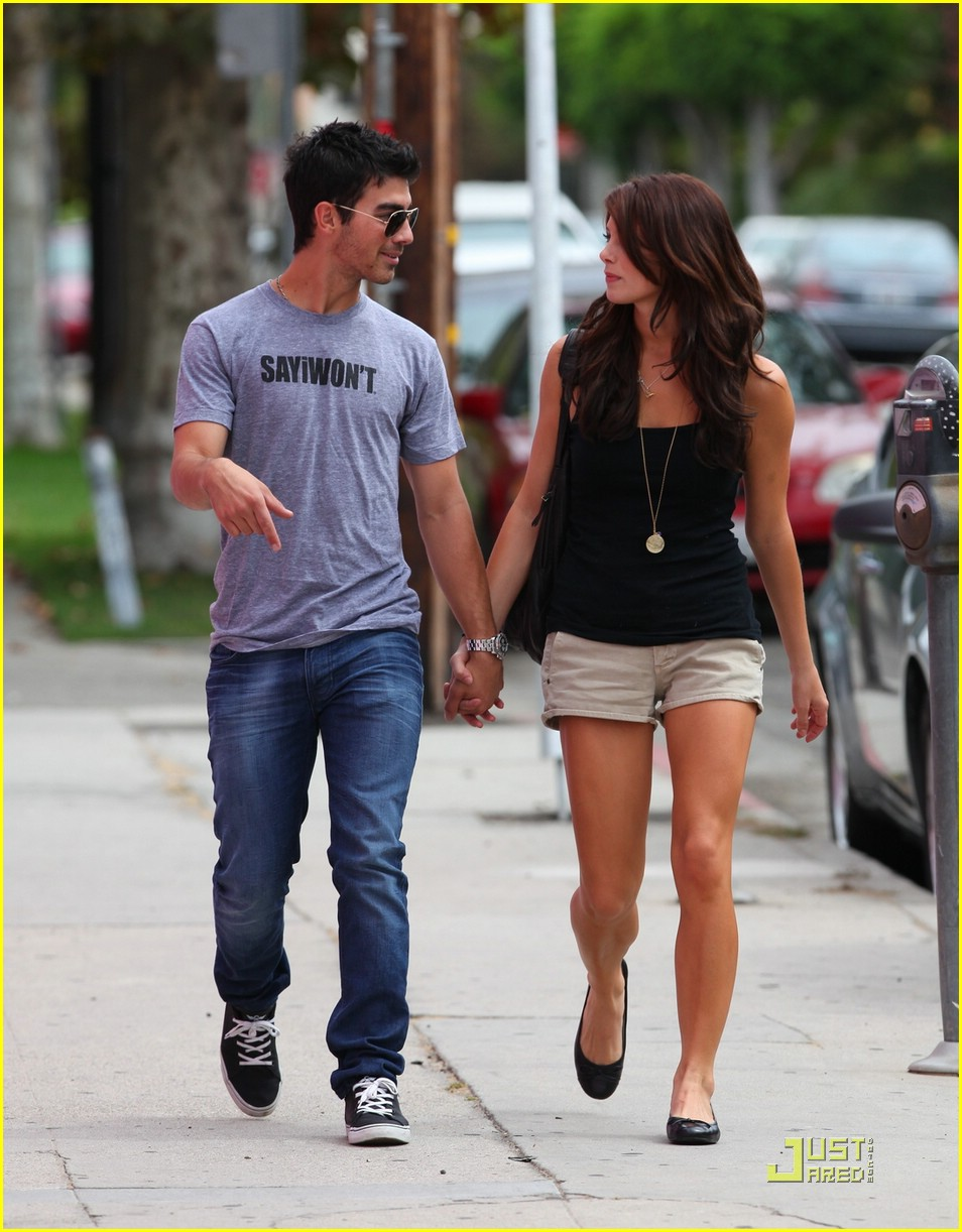 joe jonas ashley greene frankie bday 03