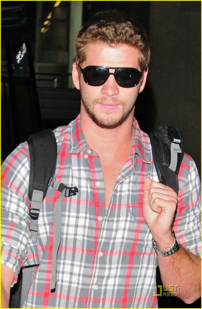 miley cyrus liam lax landing 03