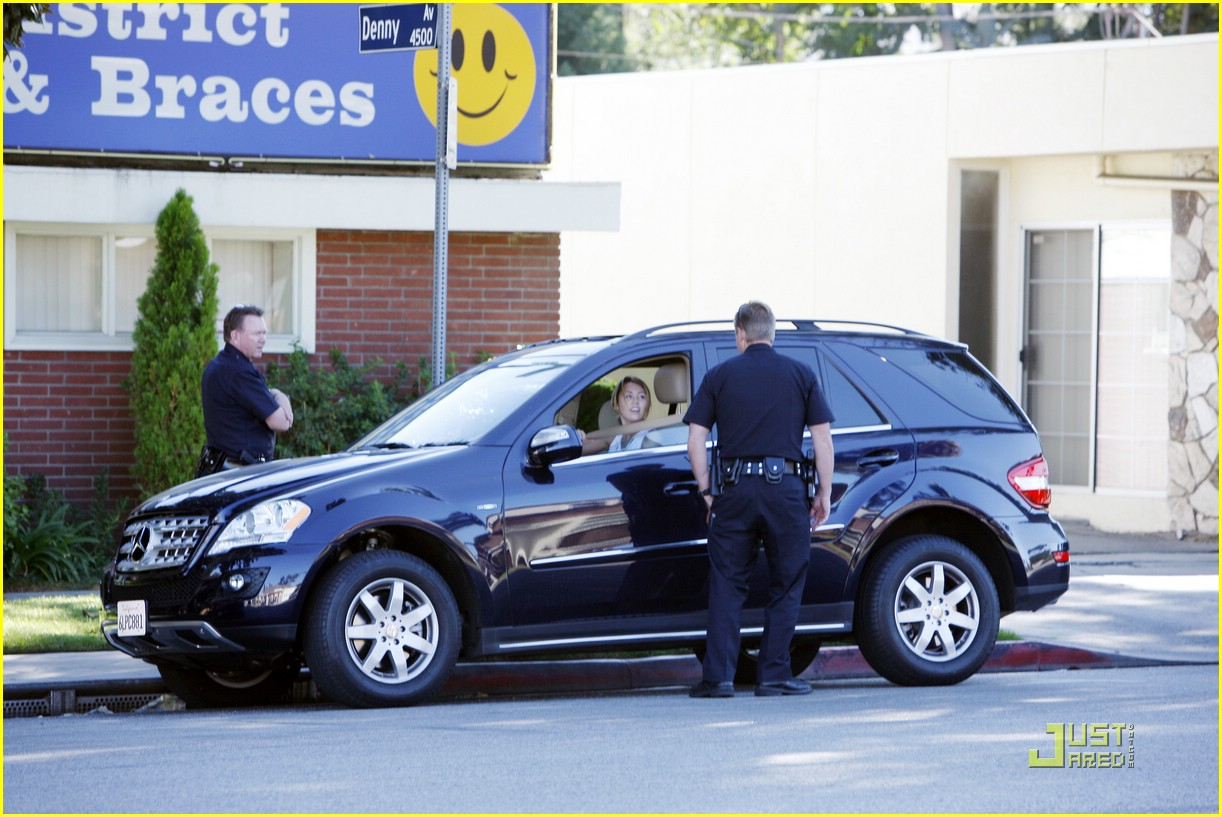 miley cyrus talking phone driving 04