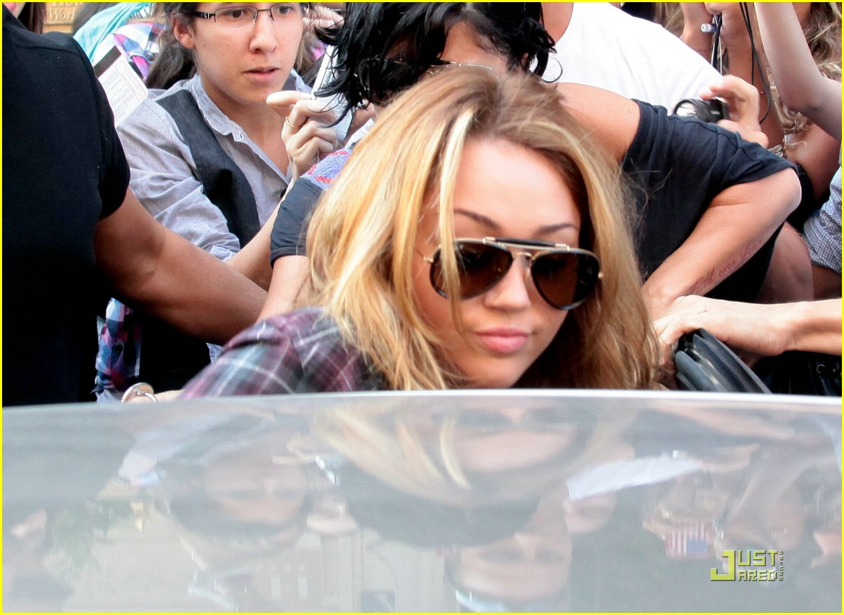 miley cyrus swarmed paris 03
