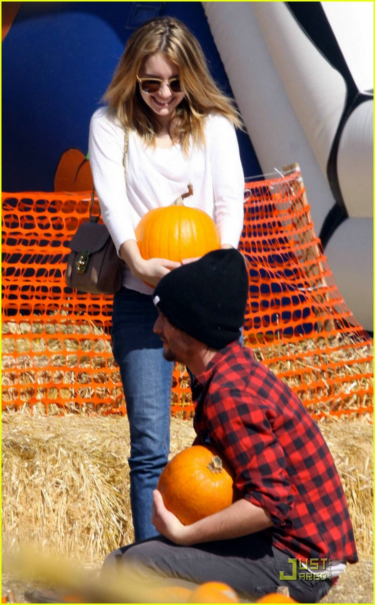 emma roberts pumpkin patch 21