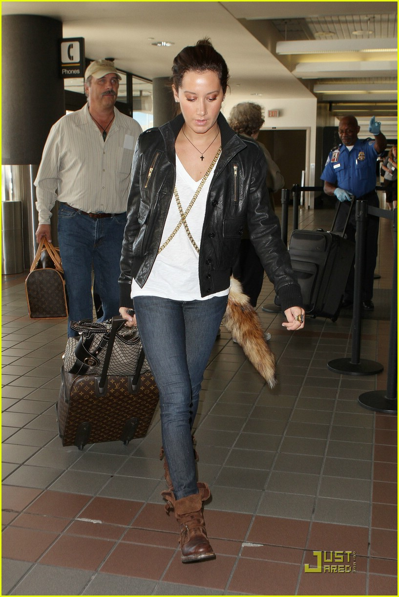 ashley tisdale lax to vancouver 01