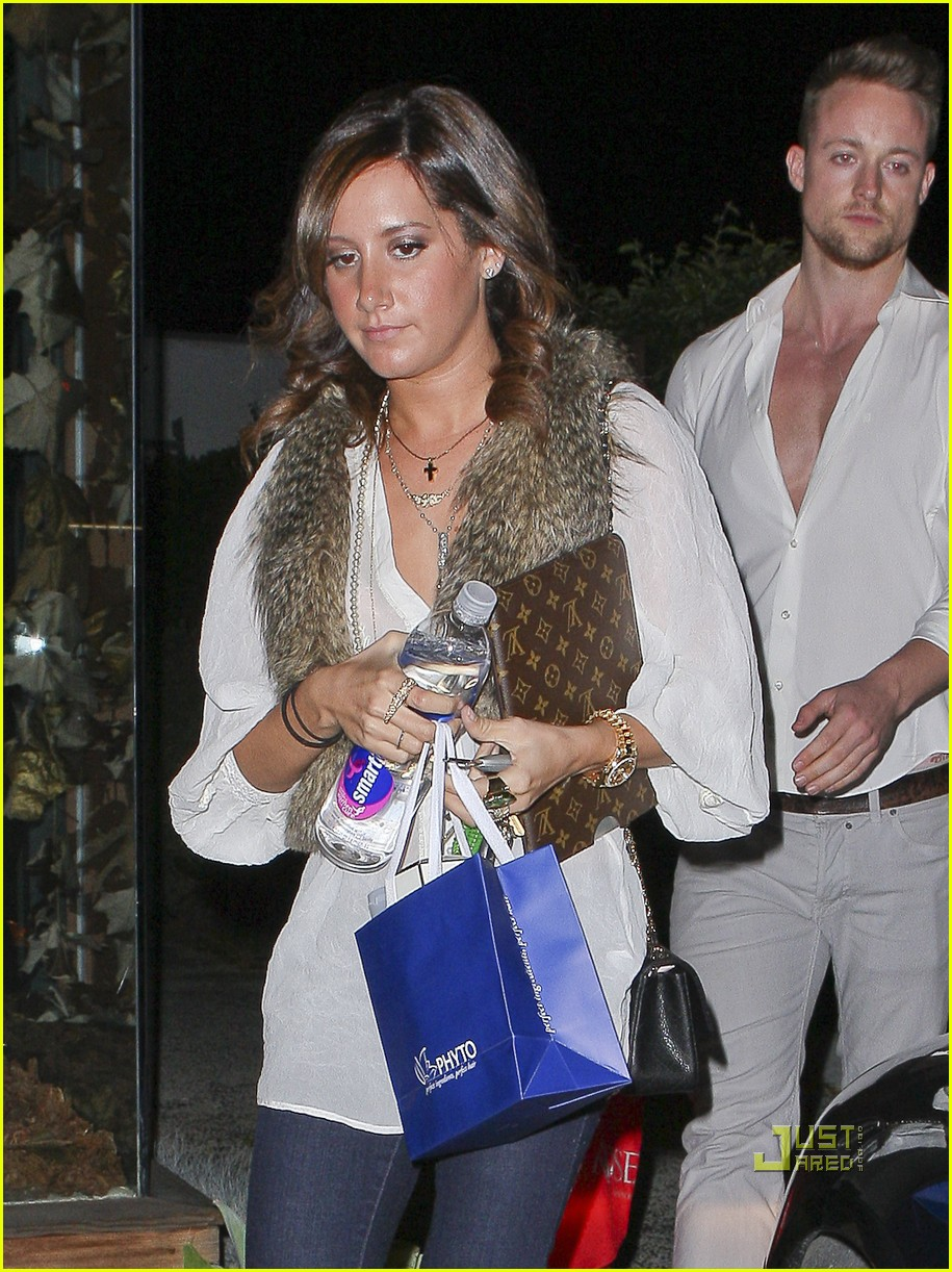 ashley tisdale salon visit with friend 02