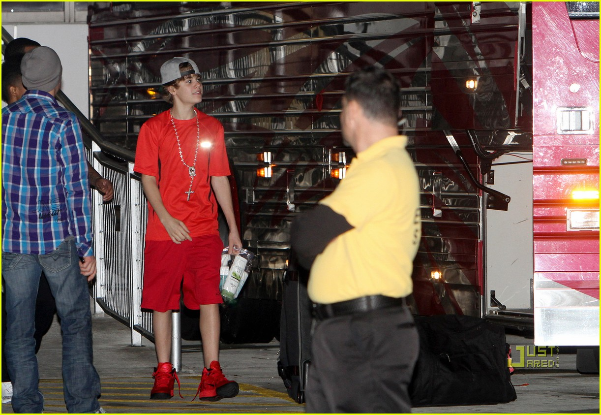selena gomez justin bieber tour bus 12